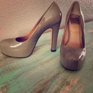 Pour Le Victoire grey patent leather heels